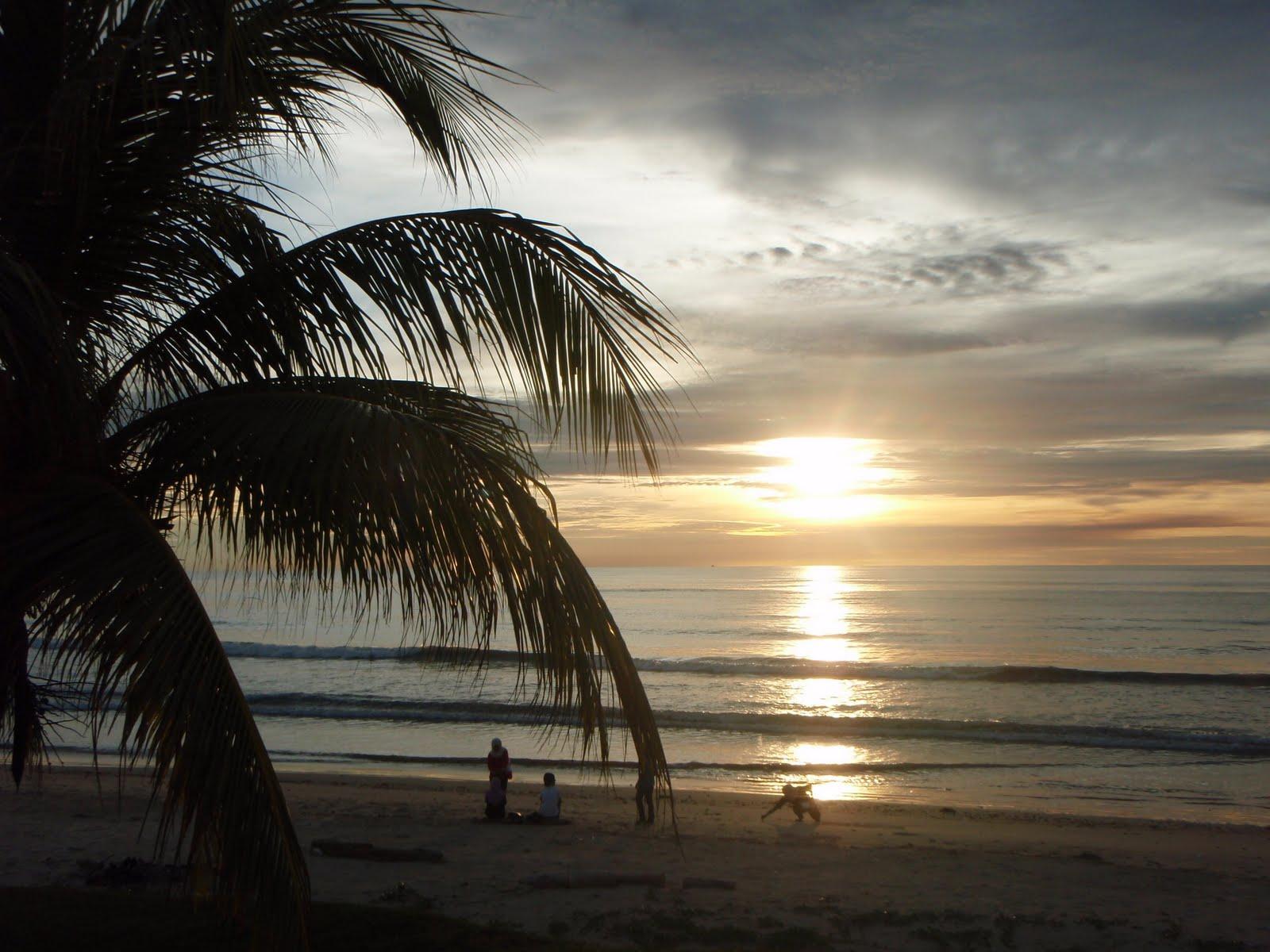 Singgah Sejenak Nun Jauh Di Damak Pemandangan Waktu Senja Di Tepi Pantai