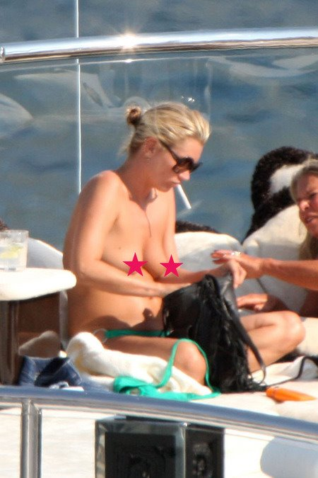 [gallery_main-0503_kate_moss_topless_02.jpg]
