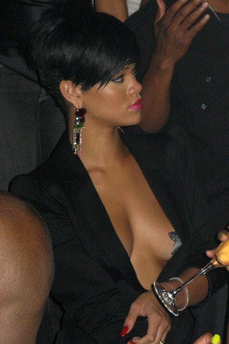 [gallery_main-0706_rihanna_pasties_04.jpg]