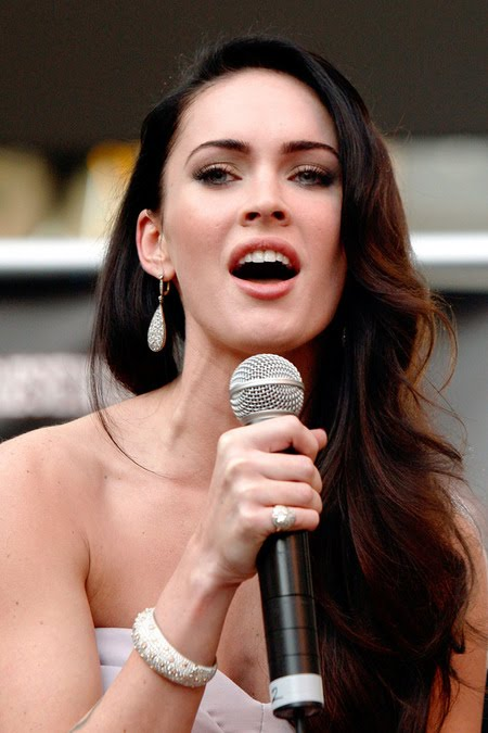 [gallery_main-0921_megan_fox_talking_02.jpg]