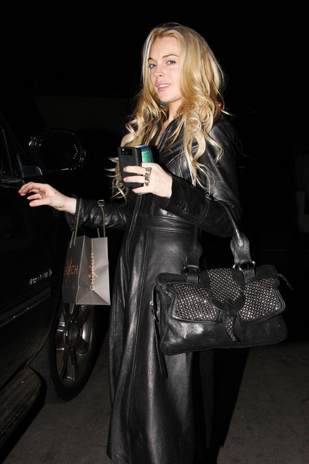 [gallery_main-1108_lindsay_lohan_shopping_05.jpg]