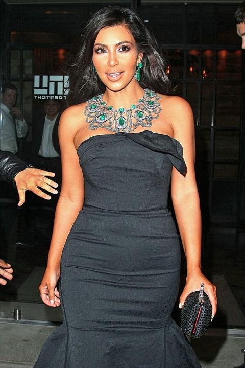 http://3.bp.blogspot.com/_5MwaaS2L6UA/TMKWkBgiNnI/AAAAAAAAOO8/oHuNXuVm-FE/s1600/1022-kim-kardashian-kanye-west-16-480x720.jpg