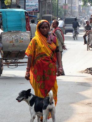 Mujer en calles de Varanasi, ciudad sagrada