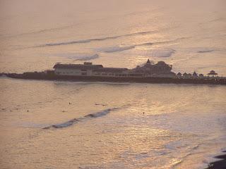Restaurant La Rosa naútica y el mar dorado a la hora del sunset