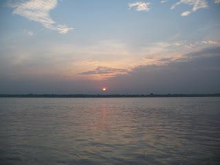 Salida del sol en el Ganges