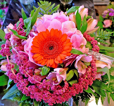 bukett med germini, hortensia, amaranthus, alströmeria, grönt, klädnypa