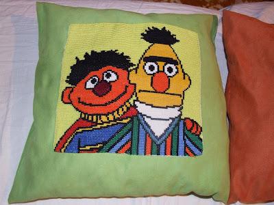 cross stitch pillow bert and ernie poduszka wzór krzyżykowy