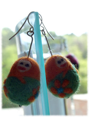 filcowane igłami kolczyki matrioszki needle felted matrioshka earrings