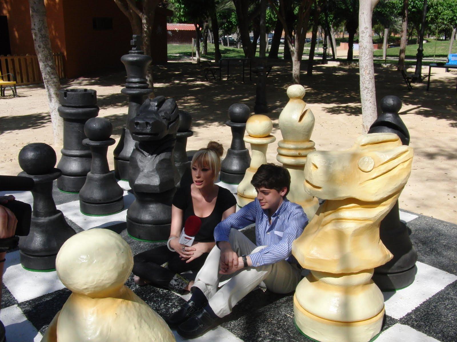 Ajedrez en la region de murcia entrevista del canal 7 for Ajedrez gigante jardin