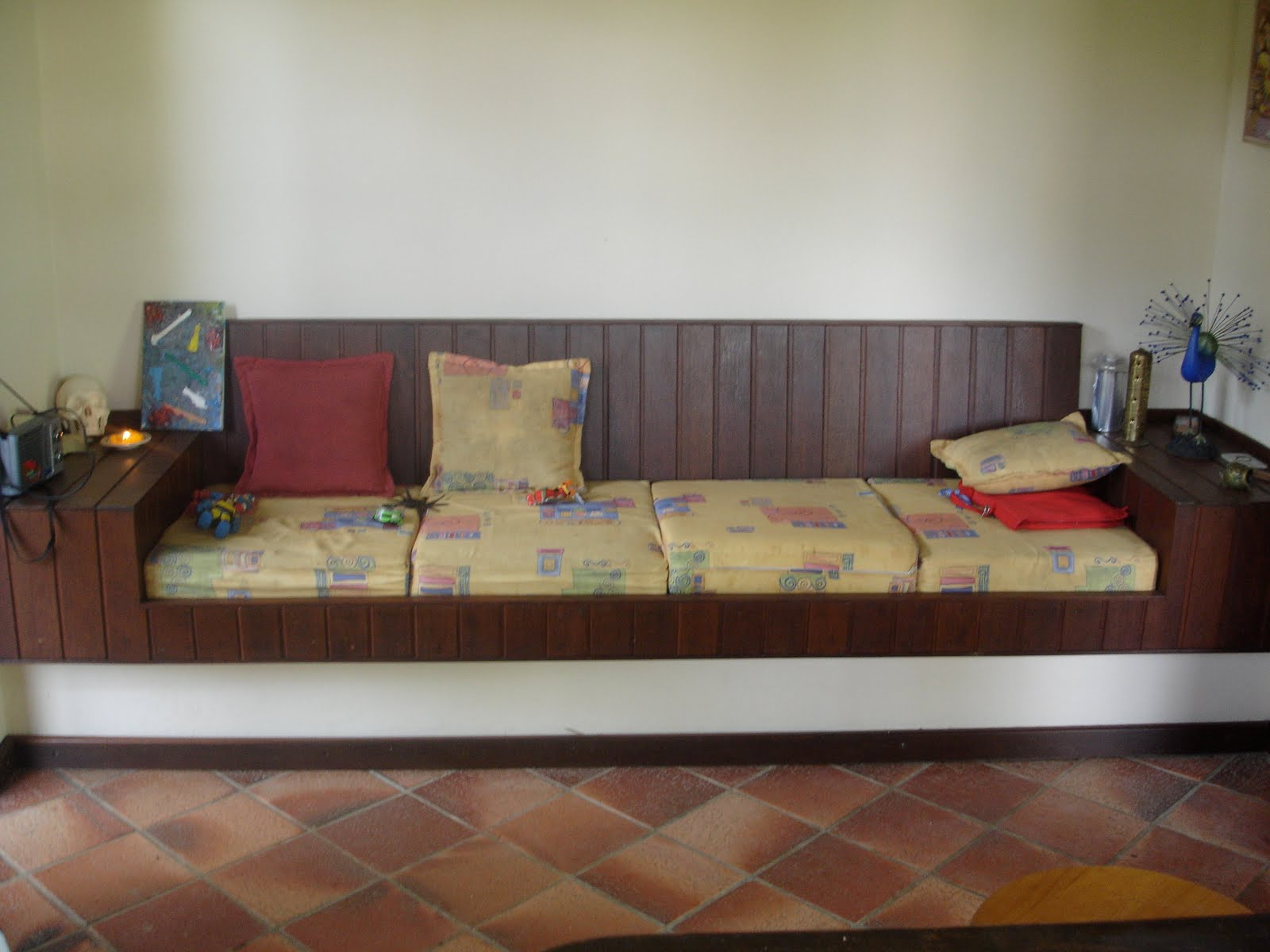 Sala com sofá em alvenaria e detalhes em madeira com estofado #684235 1600 1200