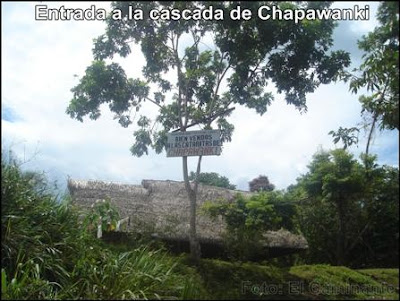 letrero de bienvenida y choza de entrada a la cascada de chapawanki (lamas, peru)