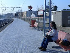 Esperando el tren para ir a Barcelona, España