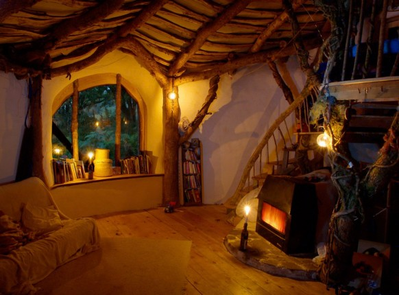 Underground house that looks like a hobbit house from lotr for Hobbit house furniture