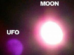 UFO Itu Tiba-tiba Muncul di Sebelah Bulan