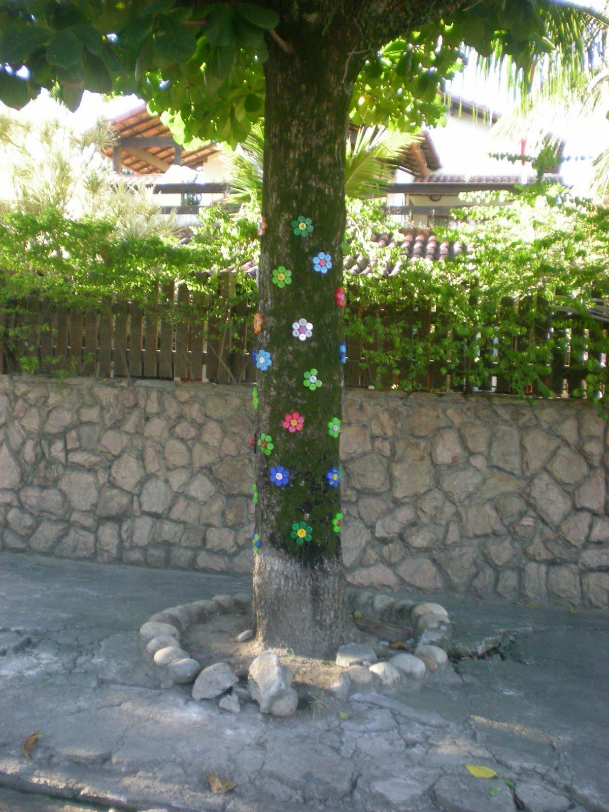 de garrafa pet coloridas que fizeram formato de flores muito legal