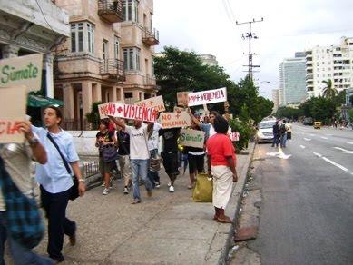 Manifestantes rechazan la violencia oficial en Cuba