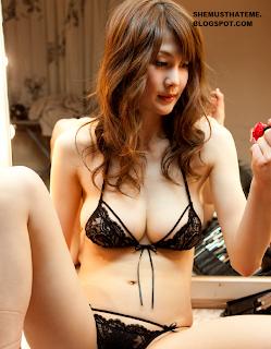 Foto Erika Kirihara bikini hitam