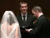 Novio actualiza Twitter y Facebookdurante su boda.