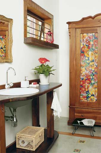 decorar banheiro feio:mistura de cimento queimado com ladrilho hidráulico resulta em uma