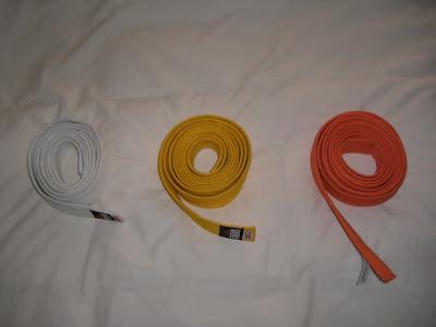 cinturones blanco, amarillo y naranja