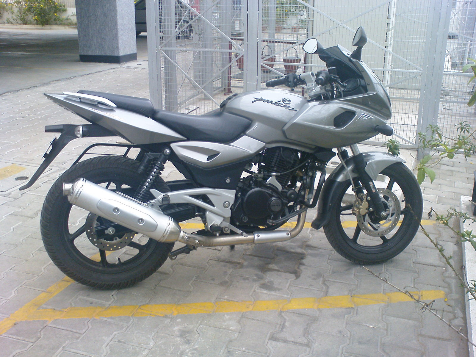 ). Because the Bajaj Pulsar 220 S is similar to 180 and 200 versions title=