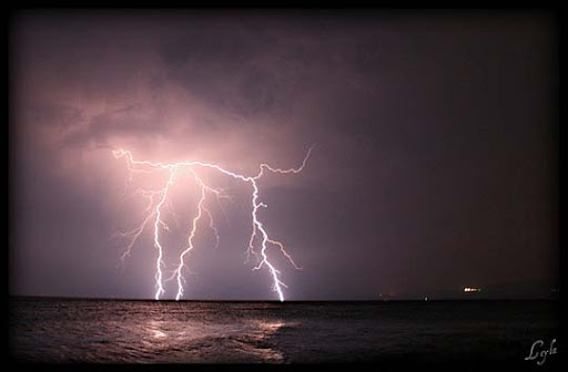 By+Kuzeytac Striking and vivid Examples of Lightning Photography