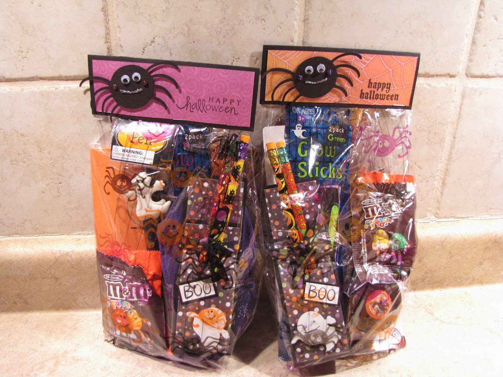 http://3.bp.blogspot.com/_5s_lNxKb_DM/TLaC0W9M9LI/AAAAAAAAADw/z9EPASaH8wM/s1600/Megan%20and%20Nicholas%20Halloween%20treat%20bags%202010.JPG