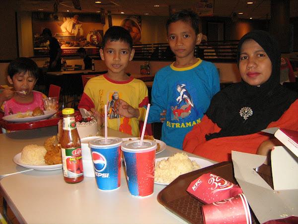 BERSANTAI BERSAMA ANAK-ANAK DAN ISTERI DI KFC