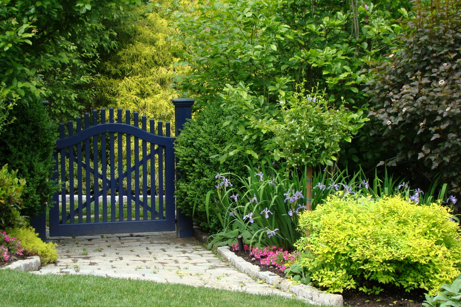Fine gardening magazine website and my blue gate grass steps for Barda de madera para jardin