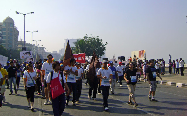 mumbai marathon runners on marine drive