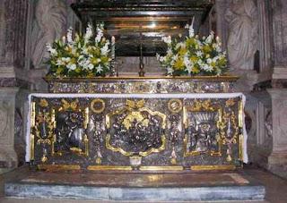 Detrás del altar, la urna con los restos de San Rainiero