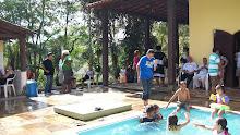 Olha só as crianças foram as primeiras a entrar na piscina