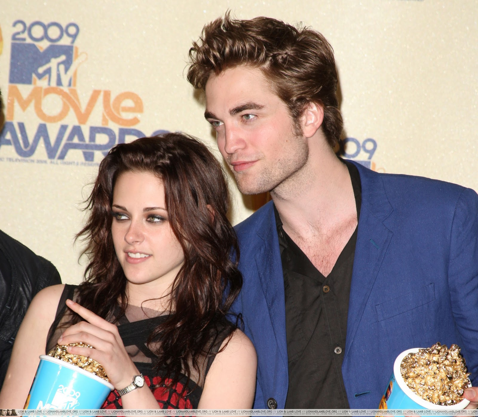 http://3.bp.blogspot.com/_5zgxaFyS-pk/TN_c_-EcIYI/AAAAAAAAAGs/f3bvw2tOa-g/s1600/3-robert-pattinson-kristen-stewart-mtv-movie-awards-5.jpg