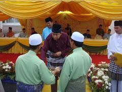 Penghormatan Menyampaikan Buku Haji Muda Kepada DYMM Sultan Selangor Sept 2009