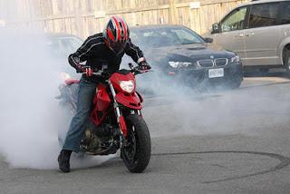 Bagaimana Cara Dasar Melakukan Burnout Dengan sepeda Motor ...