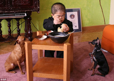 Meet Edward Nino Hernandez a World's shortest Man Pictures