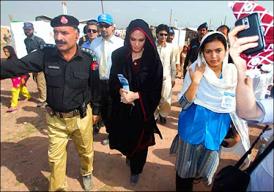 Angelina jolie visit Pakistan and meet to flood victims