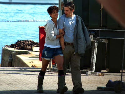 Halle Berry and Olivier Martinez caught to kiss each other pictures