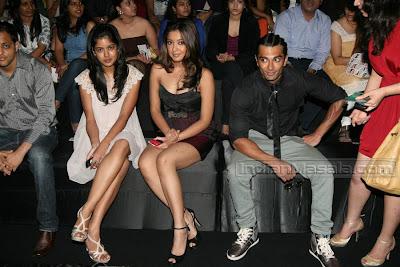 Tanushree Dutta hot cleavage @ the Lakme Fashion Week 2010