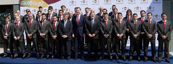 selección española con traje oficial
