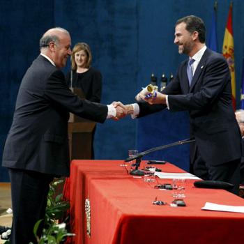 Vicente del Bosque recogiendo del Príncipe Felipe Premio Príncipe de Asturias de los Deportes 2010