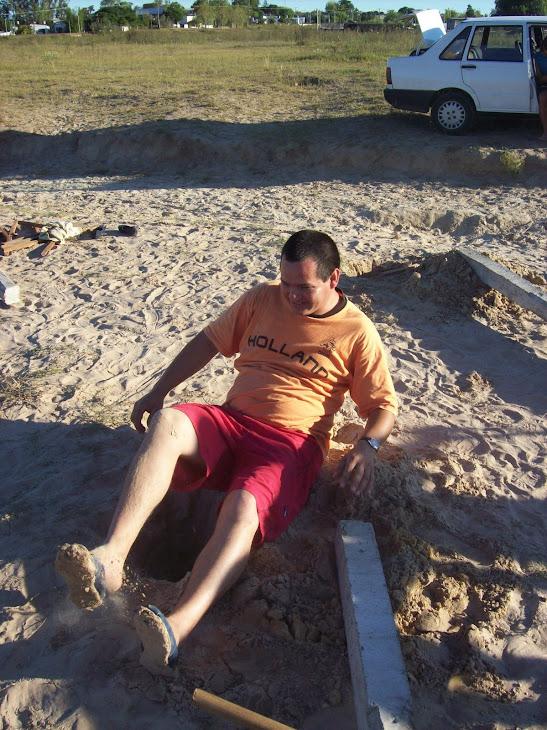 el protesorero trabajando en la cancha en estado etilico