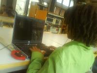 Rastakid frikeando desde la biblioteca