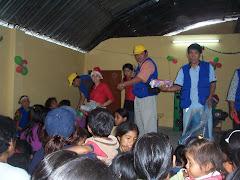 ENTREGANDO REGALOS EN CENTRO CALEB GRAMADALES NAVIDAD 2009