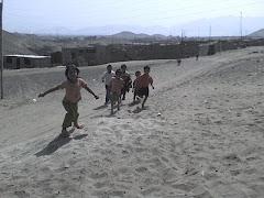 niños del CENTRO CALEB LLEGANDO A SUS CLASES