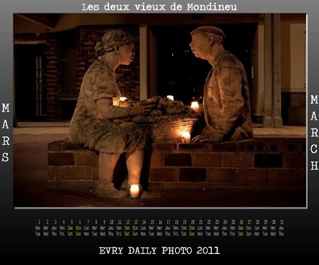 Evry Daily Photo - calendrier Evry 2011 - Calendar Evry 2011 - Mars 2011 - les deux vieux de mondineu et le lieu de memoire