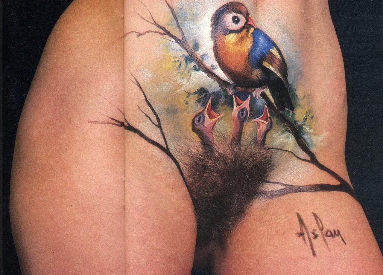 вся пизда в татуировках
