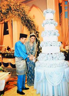 Foto Manohara bersama Fakhri memotong kue pernikahan di Istana Negeri Kubang Kerian, Dewan Jubli Perak, Malaysia pada 10 April 2008