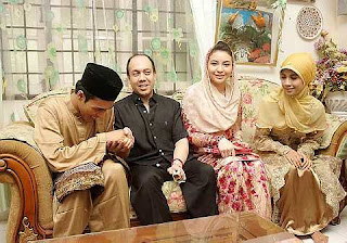 Manohara Odelia Pinot dan Tengku Muhammad Fakhry Bersama mempelai