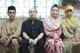 Tengku Temenggong Kelantan, Tengku Muhammad Fakhry Petra (dua dari kiri) dan isterinya, Cik Puan Temenggong Manohara Odelia Pinot (dua dari kanan) beramah mesra dengan pasangan mempelai Ahmad Syafi Datuk Husam dan Indah Purnamasari Didin pada majlis perkahwinan mereka. foto Mingguan Malaysia